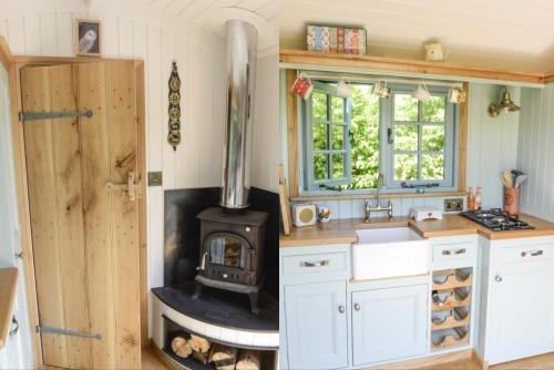 Insulated Garden Office >> Shepherd Hut / Oak Cast Iron Trolley / East Sussex